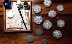Steine bemalen weiße Motive Mandalas bemalte Steine