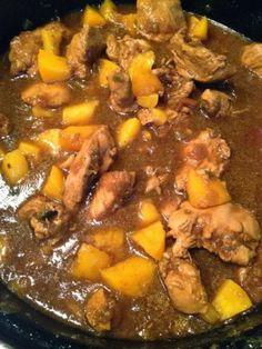 Pilaf met kip, perziken, ketjap en rijst. De smaken pittig, kruidig en zoet maken het tot een geweldige combinatie.