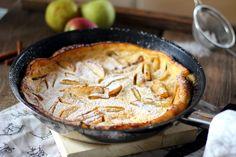 Gyerekkorom egyik nagy kedvence volt a bundás alma: sűrű palacsintatésztába mártott almakarikák olajban kisütve, fahéjas porcukorral megszórva. Mivel nem igazán szeretek olajban sütni semmit, nem csak azért, mert nem túl egészséges, hanem mert pillanatok alatt lesz iszonyú büdös tőle a lakásban,… Apple Pie, Sweets, Cookies, Baking, Cake, Recipes, Food, Yum Yum, Kitchen