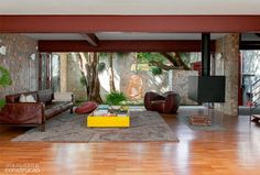 Chamado de concreto ciclópico, a solução ditou as bases da reforma e ainda sustenta o andar superior desta casa paulistana. A economia em caçambas foi de R$ 30 mil