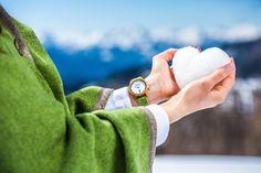 Ein besonderes Highlight mit einem eleganten Perlmutt-Ziffernblatt ist die Alpin Damenuhr aus heimischem Eiben-Holz. Sie wirkt durch ihre weiche, harmonische Farbgebung zeitlos schön und anmutig. Die handgefertigten Wechselarmbänder  aus grauem, braunem, grünem oder pinkem Ennstaler Loden sind etwas ganz Besonderes.  Diese lassen sich besonders leicht tauschen und somit hat die Frau von Welt immer die passende Uhr zu jedem Outfit (egal ob Tracht oder Modern). Wood Watch, Outfit, Modern, Fashion, Don't Care, Handmade, World, Get Tan, Wooden Clock