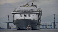 Het grootste cruiseschip ter wereld is vertrokken voor haar eerste proefvaart. De Harmony of the Seas torent 70 meter boven de zeespiegel uit.