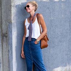 Look de street style com saia midi jeans.