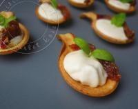 Petites cuillères à la mousse de parmesan, basilic et tomates séchées
