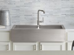 A kitchen farmhouse sink is often found in rural homes in decades past. A kitchen farmhouse sink is a huge basin sink, rectangular in form, inspired by those sinks found in the kitchen of old farmhouses. It can also be known as an apron sink. Farmhouse Sink Kitchen, Charming Kitchen, Kitchen Refresh, Apron Front Stainless Steel Kitchen Sink, Steel, Farm Sink, Stainless Steel Apron Sink, Farmhouse Kitchen, Sink