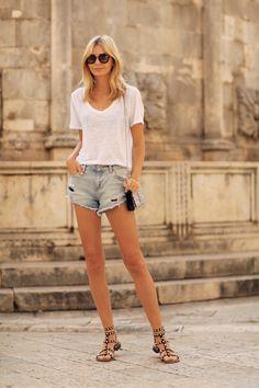 T-shirt by Zara, denim shorts by Mango, bag by Yves Saint Laurent, sandals by Sam Edelman. (tuulavintage.com, November 11, 2014)