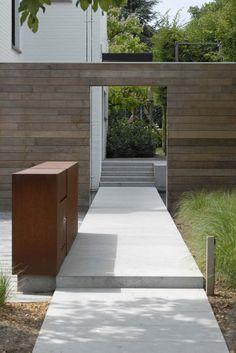 Entrance wall for the compound - Grote strakke tuinen Garden Landscape Design, Landscape Architecture, House Entrance, Modern Landscaping, Contemporary Landscape, Garden Gates, Garden Inspiration, Beautiful Gardens, Outdoor Gardens