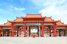 La entrada de China gran templo en Thumkatunyoo fundaci�n con el fondo del cielo azul, Bangkok photo