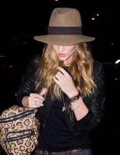 chapeau fedora en beige avec une bande et sac à motif léopard