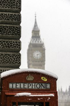 Big Ben and telephone box under the snow, London in winter, United Kingdom. - Want to travel during the winter!