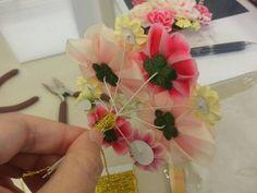 つまみ細工教室3回目、最終回です。 前回、前々回に教わったお花を、決まった数だけ宿題で作ってきました。 このお花達を、金糸を巻き付け組んでいきます。 組...