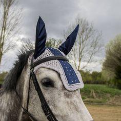 Bestel nu je eigen limited edition grijs met blauw satijnen oornetje afgewerkt met strass steentjes in blauw en wit. Dit is een uniek vliegenmutsje voor je paard of pony. Super mooi oor netje voor je paard of pony. Perfect voor concours of training, flybonnet, earbonnet, fly bonnet strass, blue strass, rhinestone flbonnet, custom horse fashion