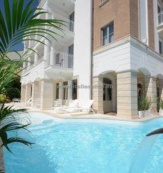 Alba Adriatica, Itálie, apartmány Alba Palace. Dovolená u moře, léto v Itálii, residence s bazénem, ubytování v apartmánu. Blízko pláže, nové vybavení, bazén a dětské hřiště, parkoviště.