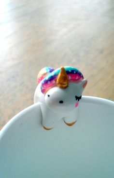 Attache-th Ma Licorne oMamaWolf figurine en porcelaine froide : Vaisselle, verres par omamawolf Crea Fimo, Fimo Clay, Polymer Clay Charms, Clay Projects, Clay Crafts, Fimo Kawaii, Unicorns And Mermaids, Clay Animals, Unicorn Party