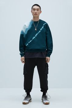 Новинки мужской коллекции | ZARA Российская Федерация Tie Dye Fashion, Dope Fashion, Tie Dye Sweatshirt, T Shirt, Estilo Grunge, Cut Sweatshirts, How To Tie Dye, Tie Dye Outfits, Tye Dye