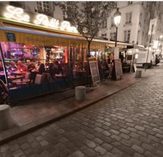 Café Le Petit Pont: breakfast, lunch or just coffee/drinks with a view on La Notre Dame de Paris. I LOVE that place!!