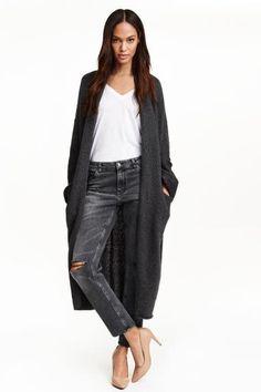 Cárdigan largo: Cárdigan largo de punto suave con lana en la trama. Modelo de manga larga con hombros caídos, cuello esmoquin y bolsillos delanteros.