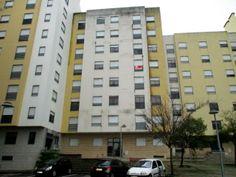 Apartamento T3 (4 Assoalhadas): Composto por Hall, Sala com Ar Condicionado e Varanda, Cozinha, 2 Quartos com Roupeiro, WC e Arrecadação; Equipado com Pré Instalação de Ar Condicionado; Situado Perto de Centro de Saúde, Comércio e Serviços.