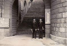 Dous mariñeiros na emigracion diante dunhas escaleiras. Cedida por Ezaro.com