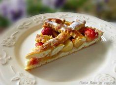 La Crostata con ricotta e frutta è unatorta coperta con mele e miele, fragole e pesche con una base di pasta frolla light.La pasta frolla è resa morbida grazie all'utilizzo della ricotta nell'impasto.