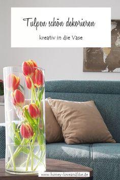 Tulpen schön dekorieren – Blumen etwas anders in die Vase stecken #Tulpen #Tulpendekorieren #Frühling #Frühlingsdeko Recycling, Diy Upcycling, Home Hacks, Decoration, Floral Arrangements, Repurposed, Throw Pillows, Interior, Inspiration