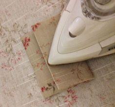 Muchas de vosotras os asombrasteis cuando dije lo de la técnica de los 20 minutos. Yo pensaba que esto ya estaba muy visto por todas vosotr... Small Sewing Projects, Sewing For Kids, Sewing Hacks, Sewing Crafts, Handmade Purses, Needle Book, Patchwork Patterns, 20 Min, Beaded Embroidery