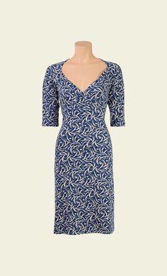Een fijne, losse jurk in een kleurrijke retroprint. De jurk is gemaakt van een gladde stretchstof, heeft een matchend strikceintuur en geplooide ronde hals. De heerlijk comfortabele jurk heeft een losse fit en is perfect voor iedere gelegenheid.