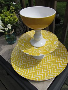 Have I mentioned my obsession with tiered plates and pedestal plates? OMG ... throw in yellow patterns and I'm in heaven.