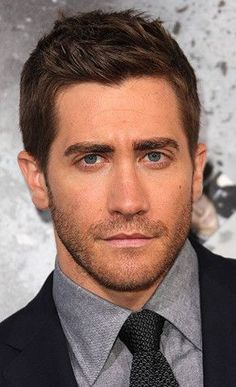 Men Hairstyles that Compliments Face Shape. Jake Gyllenhaal. Men's haircut for oblong face.: