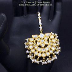 Jewelry, without doubt, is the most important thing that every bride should hold on to! Here is a collection of some exquisite maang tikas that will make you drool. Antique Jewellery Designs, Antique Jewelry, Jewelry Design, Enamel Jewelry, Pearl Jewelry, Uncut Diamond, Diamond Cuts, Tika Jewelry, Mang Tikka