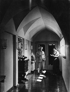 Auch der Schriftsteller und Literatur-Nobelpreisträger Gerhart Hauptmann liebte Hiddensee. Er wohnte zwischen 1896 und 1899 jeden Sommer in Vitte, danach in Kloster. (1931 in seinem Hiddenseer Haus)