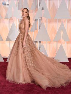Si Jennifer Lopez lo usa, segruamente será tendencia. Ella optó por este Elie Saab (su diseñador favorito) para llevarlo a los Óscares de este año. (FOTO:AP)