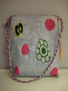 5. luokkalaiset tutustuivat uuteen tapaan tehdä itse materiaalia sulattamalla muovipusseja yhteen silitysraudan avulla. Tällä tavalla saa k... Coin Purse, Lunch Box, Purses, Bags, Handbags, Handbags, Bento Box, Purse, Coin Purses
