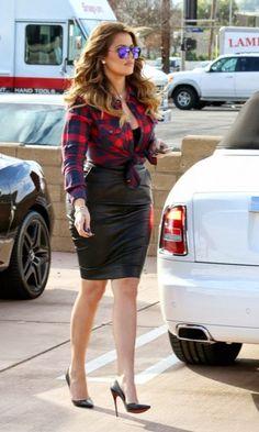 Look: Khloé Kardashian - Xadrez & Couro