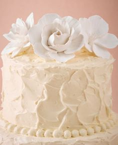 White garden flowers for your wedding cake