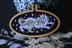 Cette miniature doté d'une licorne féroce fait partie de mon seul d'une collection unique de bijoux brodés : c'est une pièce unique que vous serez