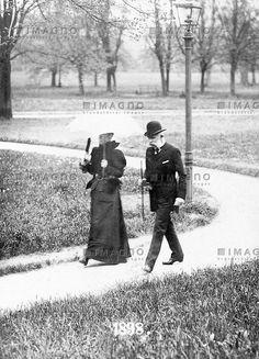 Kaiser Franz Joseph I. von Österreich und seine Frau Elisabeth im Luitpoldpark in Bad Kissingen. Bayern. Photographie von J. Kolb. 1898. Kaiser Franz Joseph I und Elisabeth von Österreich, © IMAGNO/ÖNB
