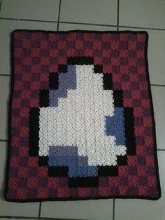 Petit défi pour finir mes pelotes, une couvertures avec des carrés rattachés au fur et à mesure. Dimensions finales estimées : 70x90cm  Patron fait main en pixel art