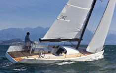 Einhandsegler vor Sirmione del Garda. Zum segeln braucht man bloß gescheiten Wind und ein gescheites 400 Tsd Euro Boot. © B-Yachts