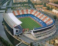 Disputa sus encuentros como local desde 1966 en el Estadio Vicente Calderón, recinto ubicado en el distrito madrileño de Arganzuela, con una capacidad de 54 907 espectadores.9 En la actualidad está en construcción un nuevo estadio con capacidad para 70 000 espectadores, en el que jugará sus partidos a partir de 2016.10 11 El Atlético de Madrid cuenta con más de 65 000 abonados