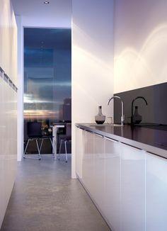 FAKTUM keuken met ABSTRAKT deuren/lades in hoogglans wit en zwart NUMERÄR…
