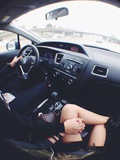 Recorren las innumerables millas, viendo mágicos lugares en cada unas de sus sonrisas, así como su perfil se dislumbra en la ventanilla, está el volante girando en cada maravilla.