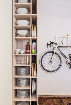 """Foto """"pinnata"""" dalla nostra lettrice Nicoletta Cappelletti The FvF Apartment kitchen with Paper and Tea goods and chinese porcelain, KPM ceramics and a Mikili Bike Rack."""