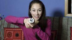 La niña de la imagen se llama Ann Makosinski, tiene 15 años y es una de las finalistas de laferiaanual de ciencia que organiza Google. El motivo es una linterna que funciona simplemente con sostenerla en la mano. El sistema que utiliza no es nuevo y se basa en las células Peltier. Estos módulos se basan en un principio inverso al denominado efectoPeltier-Seebecky son capaces de generar una corriente eléctrica gracias a la diferencia de temperatura entre dos superficies adyacentes. El…