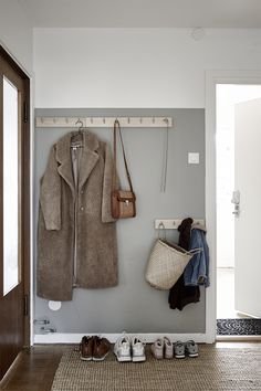 Mäklare Göteborg – Wettergren Fastighetsbyrå - New Ideas Entry Hallway, Entryway, Hallway Ideas, Home Renovation, Home Remodeling, Cheap Home Decor, Diy Home Decor, Decoration Hall, Half Painted Walls