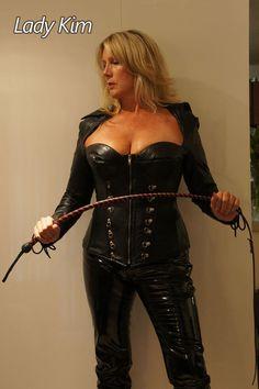 """archivallolo83: """" dark-power-women: """"go into position! """" Il te faut un DRESSAGE + adapte pour ton instruction ! Je vais te le donner , sauf que je suis TRÈS dure et impitoyable surtout pour punir qui le MÉRITE ! """""""
