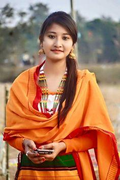 Dimasha attire Beautiful Girl Photo, Beautiful Asian Girls, Gorgeous Women, Curvy Girl Fashion, Asian Fashion, Culture Clothing, Aunty In Saree, Ethnic Dress, Indian Celebrities