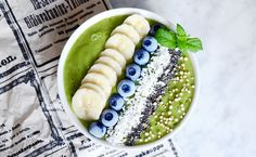 GREEN SMOOTHIE BOWL 1/2 Banana 1/2 small Avocado 1/2 Apple 1.5 dl frozen Mango 1/2 Lime, juice 1 handful Spinach  Mix the ingredients in a blender until creamy smoothie. Fill a glass or a bowl and top with banana, seeds and berries. Enjoy!
