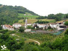 Luzaide/Valcarlos se encuentra en la vertiente norte de los Pirineos, en medio de una accidentada orografía, al pie del puerto de Ibañeta.