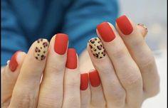 14 Nageldesigns, um das neue Jahr stilvoll zu begrüßen - Frauenhände mit roten Nägeln und Leoparden Informationen zu 14 Diseños de uñas para recibir el A - Red Gel Nails, Ten Nails, Acrylic Nails, Nails Only, Love Nails, Leopard Print Nails, Red Cheetah Nails, Uñas Fashion, Short Nail Designs